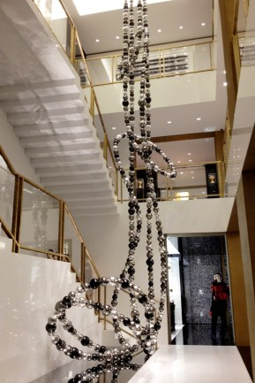 chanel-boutique-london-vogue-15-10jun13-sk_b_592x888