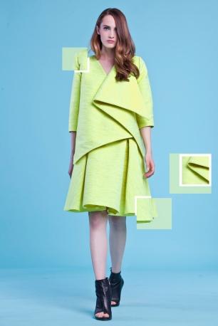 Neonowy, żółty komplet – asymetryczny żakiet o modułowej, geometrycznej konstrukcji + rozkloszowana spódnica do kolan z głębokimi zakładkami (tkanina techniczna-bawełna+ poliester)