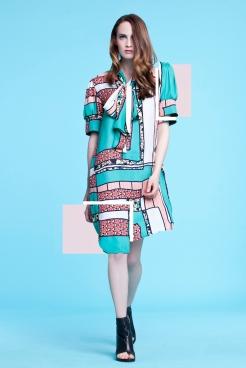 Prosta, pastelowa tunika w patchworkowy wzór, związana kokardą przy dekolcie , wykończona krótkimi, bufiastymi rękawami (satyna jedwabna)