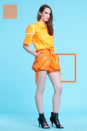 Neonowa pomarańczowa bluzka z krótkimi rękawkami i kołnierzem (satyna) Pomarańczowe szorty ze ściągaczami (ortalion)