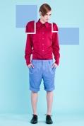 Malinowa koszula z klasycznym kołnierzem (żakard) Jasnoniebieskie spodnie do kolan w podwijanymi mankietami (satyna bawełniana)