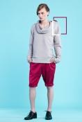 Szara, pikowana bluza z warstwowym kołnierzem i kapturem ( dzianina pikowana) Malinowe spodnie do kolan z podwijanymi mankietami (żakard)