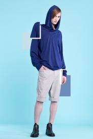 Granatowa bluza z kapturem (dzianina z lycrą) Jasnoszare spodnie do kolan w delikatną kratę, z podwijanymi mankietami (satyna bawełniana)